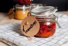 Droge tomaten in een kruik Stock Foto