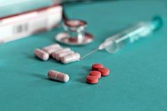 Droge und Pillen mit phonendoscope Lizenzfreie Stockfotos