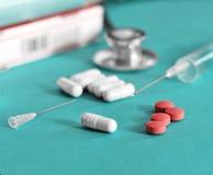 Droge und Pillen mit phonendoscope Stockbild