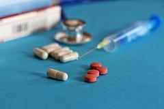 Droge und Pillen mit phonendoscope Stockbilder