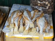 Droge vissen in lokale markt Stock Foto's