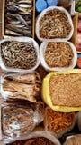 Droge vissen in markt van Sa-Pa, Vietnam Stock Foto's
