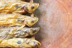 Droge vissen op houten Royalty-vrije Stock Afbeelding