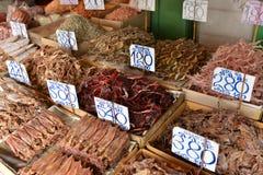 Droge vissen, zeevruchtenproduct bij markt van Thailand. Stock Afbeelding