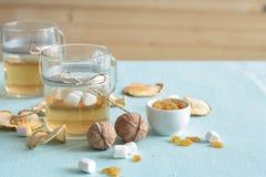 Droge vruchten compote Glaskoppen met een drank van droge vruchten, Stock Foto