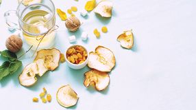 Droge vruchten compote Glaskoppen met een drank van droge vruchten, Stock Fotografie