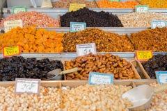Droge vruchten, data, gedroogde pruimen, abrikozen, fig., rozijnen, druiven en cashewnoten, hazelnoten, pistaches De markt in Gri Royalty-vrije Stock Afbeelding