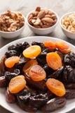 Droge vruchten in een witte plaat met noten Royalty-vrije Stock Afbeelding