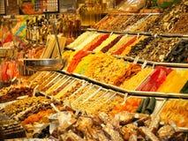 Droge vruchten en andere snoepjes op verkoop in de markt van La Boqueria in Barcelona royalty-vrije stock fotografie