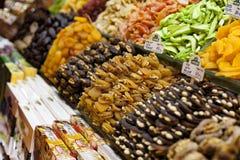 Droge vruchten en noot in Instanbul souk, Turkije stock afbeeldingen