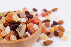 Droge vruchten en noten in een bambuskom Royalty-vrije Stock Foto's