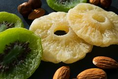 Droge vruchten en noten op zwarte achtergrond stock afbeeldingen