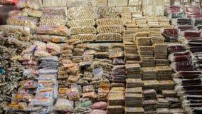 Droge vruchten en noten voor verkoop bij authentieke markt, piekadam ` s Sri Lanka, 15 Januari Stock Foto
