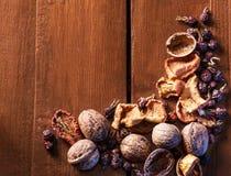 Droge vruchten, okkernoten en droge bessenrozebottels als achtergrond Stock Foto's