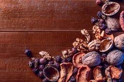 Droge vruchten, okkernoten en droge bessenrozebottels als achtergrond Royalty-vrije Stock Afbeeldingen