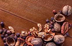 Droge vruchten, okkernoten en droge bessenrozebottels als achtergrond Stock Afbeelding