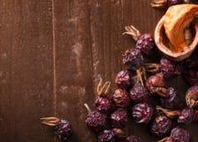 Droge vruchten, okkernoten en droge bessenrozebottels als achtergrond Stock Afbeeldingen