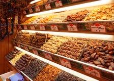 Droge vruchten op de plank van de voedselopslag stock foto