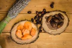 Droge vruchten op houten platen Royalty-vrije Stock Foto