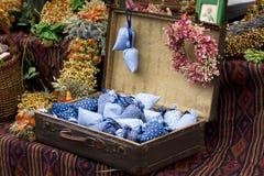 Droge wilde bloemen in ouderwetse koffer Stock Fotografie