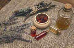 Droge wilde van de bessenetherische olie en lavendel bloemen op de achtergrond van de jutejute stock afbeeldingen