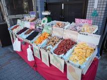 Droge zoete vruchten voor verkoop bij straatmarkt Stock Foto