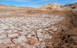 Droge zoute grond in Valle DE La Luna, Maanvallei in de woestijn van San Pedro de Atacama stock foto