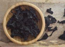 Droge zwarte cantharellen op houten raads hoogste mening stock foto's