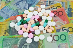 Drogen auf Geldhintergrund Stockfotografie