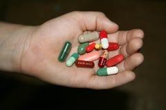 Drogen in einer schmutzigen Kinderhand Stockfotografie