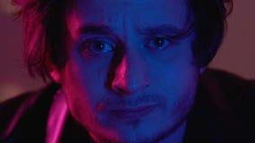 Drogen missbrukade mannen som ser till kameran som kopplar av på partiet i nattklubb, overksamt liv arkivfilmer