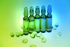 Drogen oder Vitamine in der Phiole Stockbilder