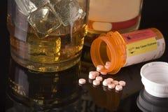Drogen und alkoholisches Getränk Stockbild