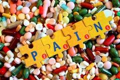 Drogen und Puzzlespielzeichen - Schmerz Stockfoto