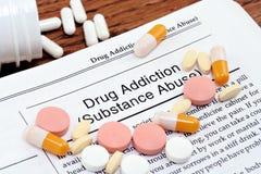 Drogenabhängigkeit-Informationen mit zerstreuten Pillen Lizenzfreie Stockfotos