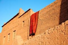 Drogend tapijt op de aarden muren van het huis stock fotografie