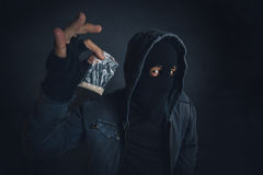 Drogenhändler, der narkotische Substanz anbietet, um auf der Straße zu gewöhnen Stockbilder