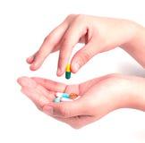 Drogenkapseln und -pillen in der Hand Lizenzfreie Stockfotos