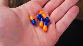 Drogenverordnung für Behandlungsmedikation Pharmazeutischer Medikament, Heilung im Behälter für Gesundheit Apothekenthema stock video footage
