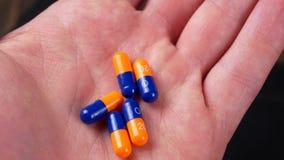 Drogenverordnung für Behandlungsmedikation Pharmazeutischer Medikament, Heilung im Behälter für Gesundheit Apothekenthema stock video