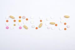 Drogenworttext gemacht von den bunten Tabletten Lizenzfreie Stockfotos
