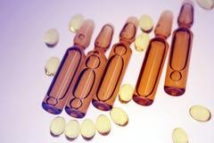 Droger eller vitaminer i liten medicinflaska fotografering för bildbyråer