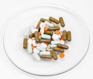 Droger medicin på en maträtt Royaltyfri Fotografi