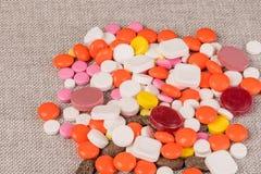 Drogerna på tabellen är upp arkivfoton