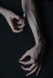 Droghe della siringa della persona dedita delle mani Fotografie Stock