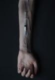 Droghe della siringa della persona dedita delle mani Immagini Stock