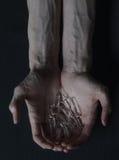 Droghe delle fiale della persona dedita delle mani Fotografia Stock Libera da Diritti