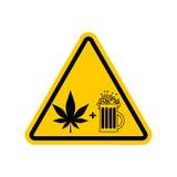 Droghe ed alcool di attenzione Segnale stradale giallo dei pericoli Birra e Fotografia Stock
