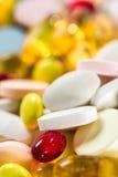 Droghe medicinali, pillole e capsule e compresse su fondo bianco Fotografia Stock