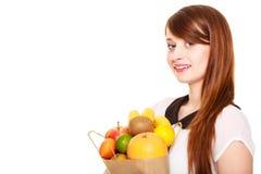 drogheria Sacchetto della spesa della carta della tenuta della ragazza con i frutti immagine stock